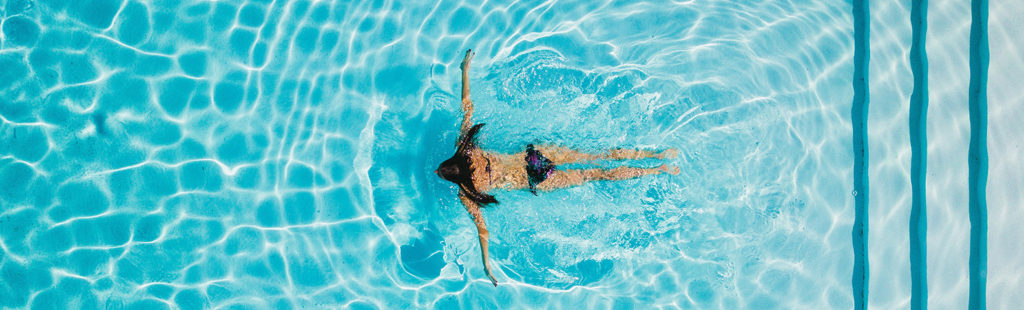 Femme nageant dans une piscine bien entretenue